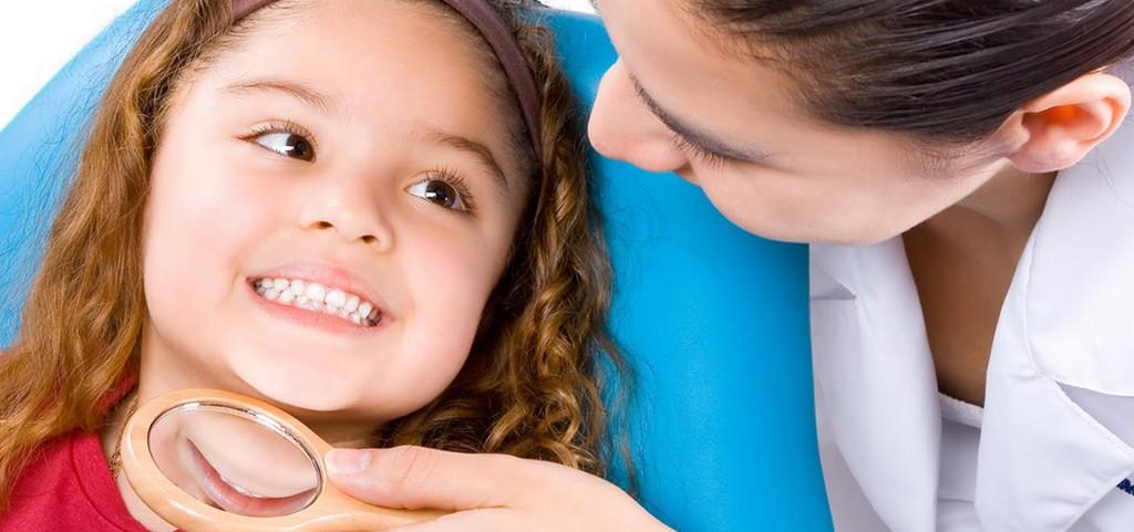 Niña con odontologa